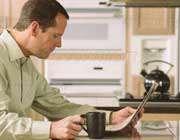 مردی در حال نوشیدن قهوه