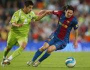 مسی در تلاش برای عبور کردن از بازیکن حریف