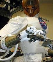 روباتی که بدنه کتحرک و مغز دارد و دارای حسگرهای مختلف برای گرفتن اشیا است