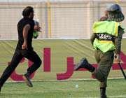 نیروی انتظامی در حال برخورد با هواداران اهوازی