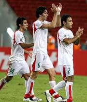 مبعلی به همراه سایر بازیکنان در حال پاسخ دادن به احساسات هواداران ایران