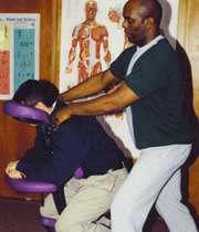 مردی در حال ماساژ درمانی
