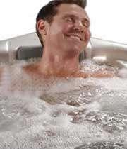 مردی در حال آب درمانی