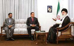 La rencontre entre l'ayatollah Seyed Ali Khamenei et Hugo Chavez .
