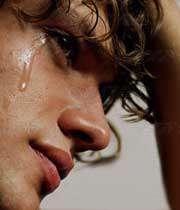 مردی در حال گریه کردن