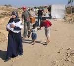 Более 400 палестинцев скитаются на переходе Рафах на пути в Газу