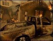 Une maison et une voiture brûlées,