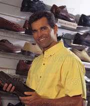 مردی در حال خرید کفش