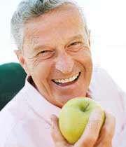 مردی سالمند د رحال خوردن سیب