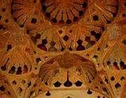 потолок музыкального зала али капу с силуэтами ваз и сосудов