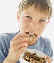 پسري در حال خوردن گردو