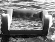صندلی شناور در آب