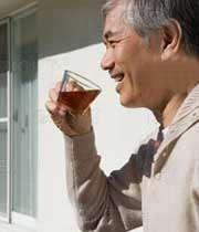 مردی در حال نوشیدن چای