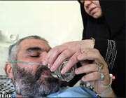 یک جانباز شیمیایی در کنار همسرش