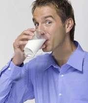 مردی در حال نوشیدن یک لیوان شیر