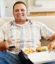 غذاخوزدن در حال تماشای تلویزیون