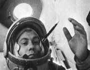 پاپویچ، در جریان مأموریت وستوک -4، در محیط بی وزنی به مدادش مینگرد