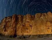 منظره پيشرو، مقبرههاي 2500 سالهاي از پادشاهان باستاني پارس در نقش رستم ديده ميشود که در دل کوه و فاصلهاي نسبتا نزديک از تختجمشيد واقع شدهاند.