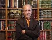 دیوان حافظ روی میز نقد