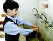 دانش آموزی در حال شستن دست ها