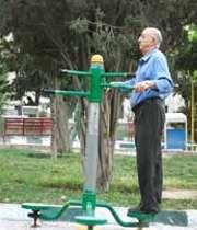 پیرمردی در حال ورزش کردن در پارک