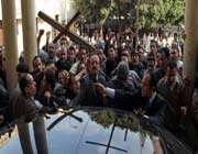 des officiels venus en délégation à la cathédrale  saint-marc ont  été pris à partie par des manifestants