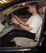 قيادة السيارات بحركة الإبهام