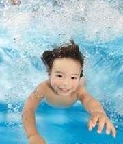 شنای کودک در استخر