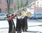 célébrations de norouz avec des costumes traditionnels en azerbaïdjan
