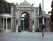 vue du portail d'entrée du palais de marbre dans les années 1960