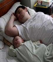 خوابیدن کنار مامان و بابا
