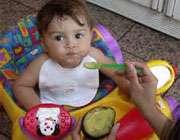 کودک در حال خوردن آووکادو