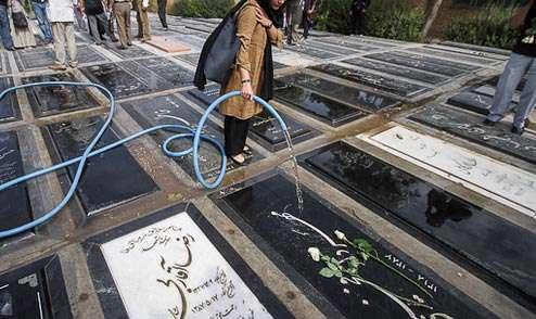دختران دانشجویی که سنگ قبر میشویند