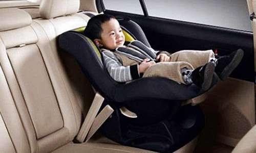 از صندلی کودک در خودرو استفاده کنید
