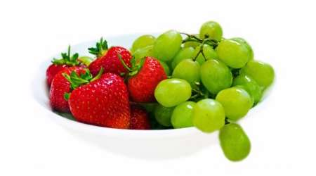 کاهش ریسک ابتلا به عفونت با مصرف انگور و توت فرنگی