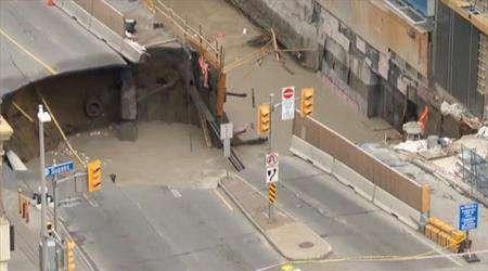 حفرة هائلة تبتلع شارعا وتسبب الهلع في قلب العاصمة الكندية