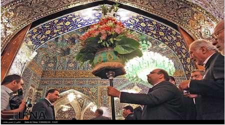 تعويض گلهاي ضريح امام رضا(ع)