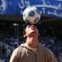 هنر نمایی با توپ فوتبال برای هواداران سرخابی